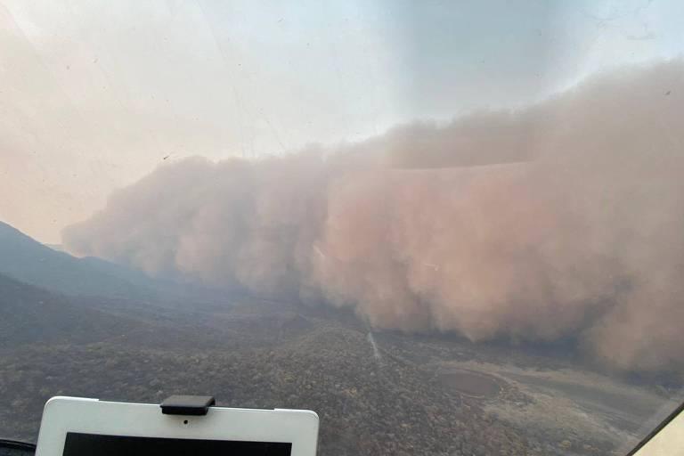 Massa de fuligem e fumaça cobre Serra do Amolar, no Pantanal, em Corumbá (MS)