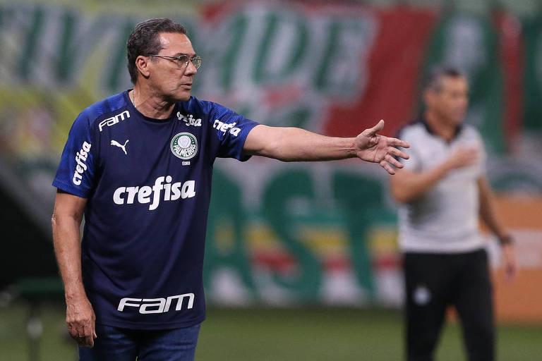 Vanderlei Luxemburgo cobra os jogadores durante a partida contra o Coritiba; terceira derrota provocou a demissão do treinador