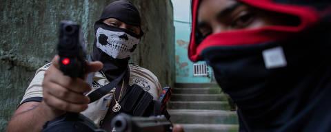 RIO DE JANEIRO, RJ, BRASIL, 12-09-2020: Retrato dos traficantes Orelha, 22, e Perverso, 26, com armas usada pelo tráfico de drogas em uma favela do Rio de Janeiro. Folha faz o ultimo capítulo do especial