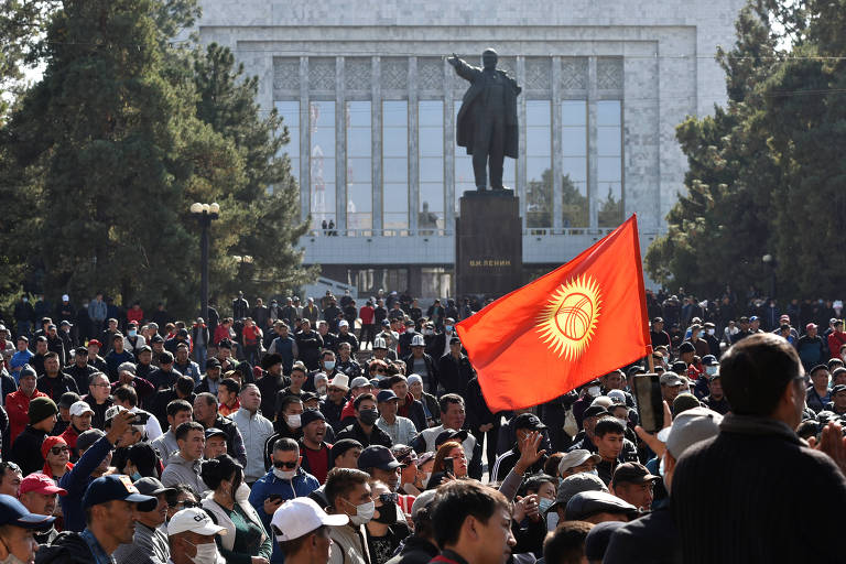 Com a estátua do líder soviético Vladimir Lênin ao fundo, quirguizes protestam em favor do novo premiê, Japarov, na capital Bishkek