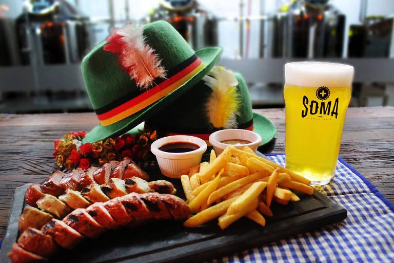 O cardápio especial para a Oktoberfest da cervejaria Soma, em São Paulo