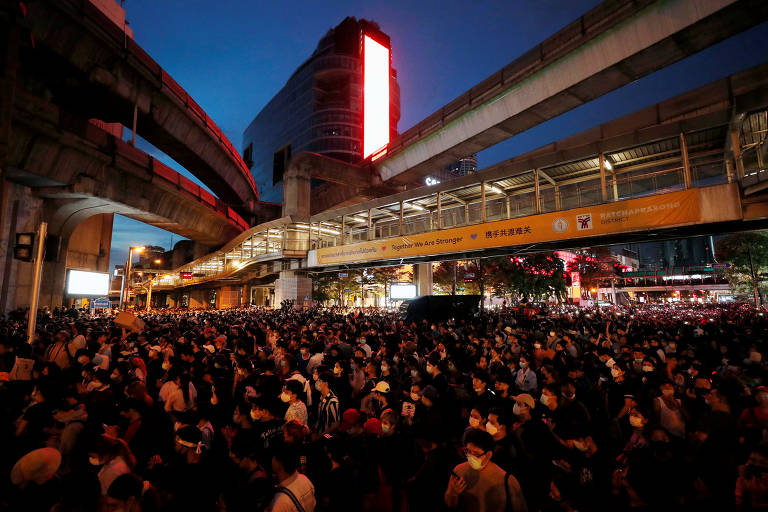 Manifestantes pró-democracia desafiam proibição do governo e se reúnem para pedir renúncia de premiê e nova Constituição em Bancoc, na Tailândia