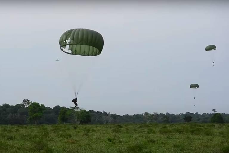 Detalhe de vídeo do Exército brasileiro sobre a Operação Amazônia, exercício militar realizado em setembro