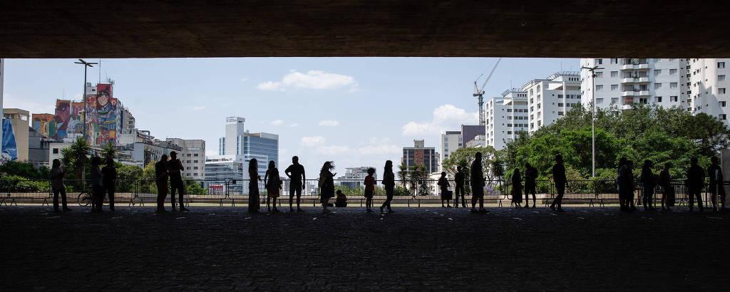 Visitantes aguardam para entrar no Masp, no primeiro dia de reabertura dos museus na avenida Paulista