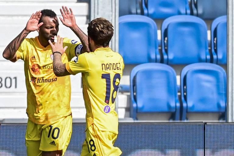 João Pedro (esq.) celebra com o uruguaio Nández um dos gols do Cagliari contra a Atalanta