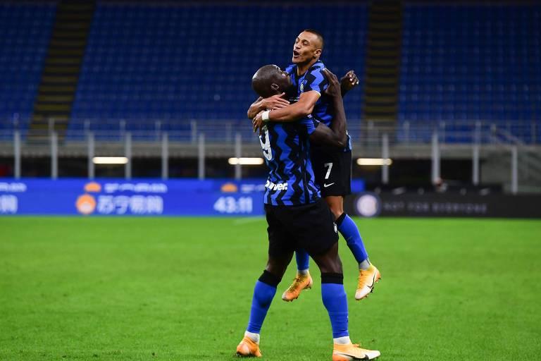 Romelu Lukaku, um dos artilheiros da temporada passada na Serie A, comemora gol da Inter com Alexis Sánchez