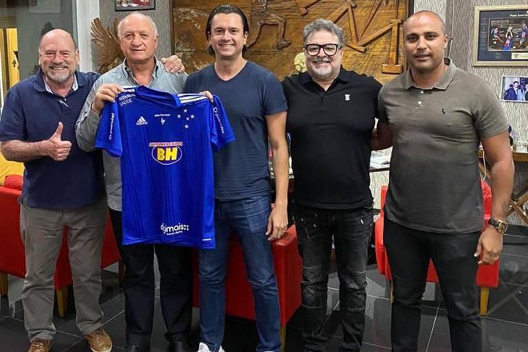O técnico Luiz Felipe Scolari segura camisa do Cruzeiro ao lado de dirigentes da equipe mineira