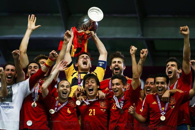 Casillas levanta o troféu do bicampeonato da Eurocopa conquistado pela Espanha, em 2012, após bater a Itália na final, em Kiev, na Ucrânia