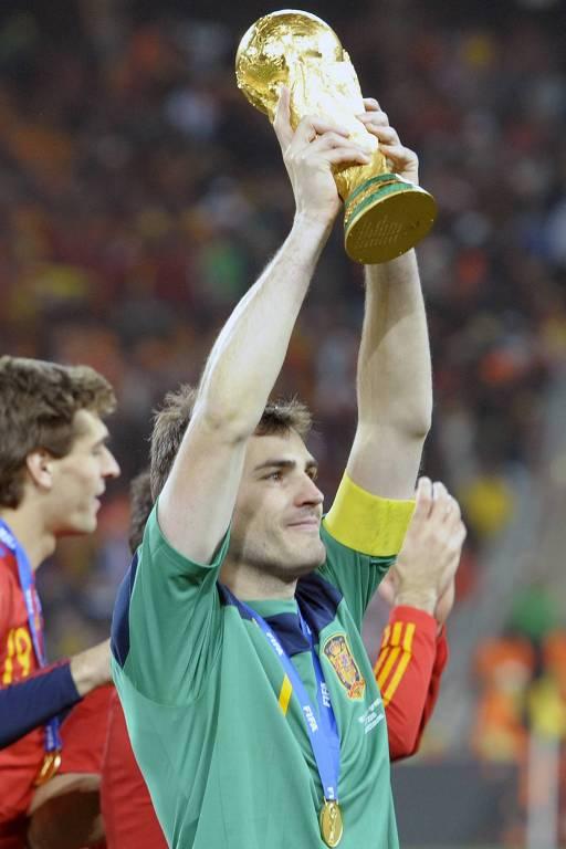 O goleiro espanhol segura o troféu da Copa do Mundo de 2010, vencida pela Espanha