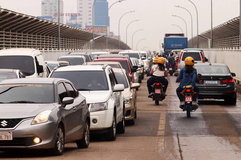 Veículos na Ponte da Amizade, que conecta Brasil e Paraguai, após reabertura