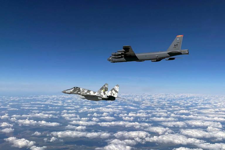 Um bombardeiro com capacidade nuclear B-52 americano voa com um MiG-29 da Ucrânia em exercício conjunto