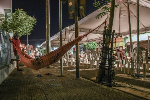 CRATEÚS/ CEARÁ / BRASIL - 15/09/20  - RAIO X SOBRE A COVID NAS REGIÃO SUDESTE E NORDESTE DO BRASIL. Especial - O Brasil das várias pandemias. Moradores dormem na rua para receber auxílio emergencial. ( Foto: Karime Xavier / Folhapress) . ***EXCLUSIVO***Especial - O Brasil das várias pandemias  #PraCegoVer Rede armada em cima de calçada ao lado de cadeiras enfileiradas de plástico embaixo de toldo.