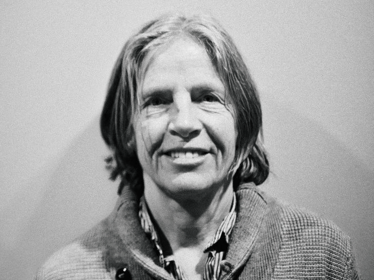 Eileen Myles em preto e branco