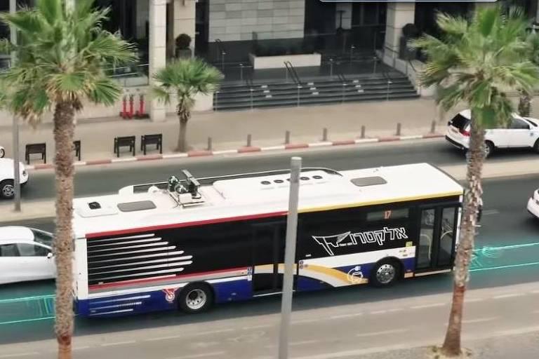 Ônibus em Tel Aviv, em imagem com intervenção (em verde) para simular a captação de energia