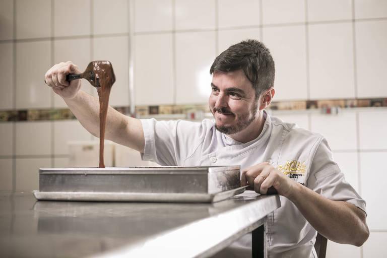 O chef e empresário Padu Lima, 38, dono da hamburgueria Melts, prepara os produtos do seu negócio