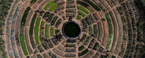 VALINHOS/ SÃO PAULO/ BRASIL - 03/09/20  - 04/09/20 - :00h - RAIO X SOBRE A COVID NAS REGIÃO SUDESTE E NORDESTE DO BRASIL.  Imagem aérea de horta do acampamento do MST  'Mariele Vive' em Valinhos/SP  ( Foto: Karime Xavier / Folhapress) . ***EXCLUSIVO***Especial - O Brasil das várias pandemias  #PraCegoVer imagem aérea de um horta em formato de flor.