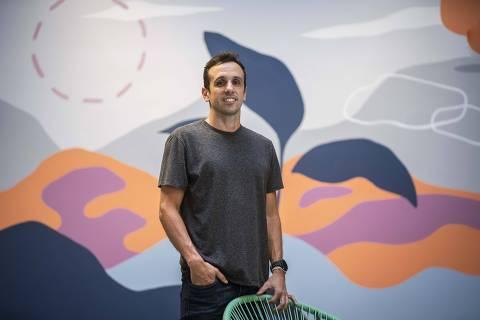 Rio de Janeiro, Rj, BRASIL. 09/10/2020; Retrato de João Leal(36), CEO da Árvore (plataforma de leitura digital que atende escolas).  ( Foto: Ricardo Borges/Folhapress)