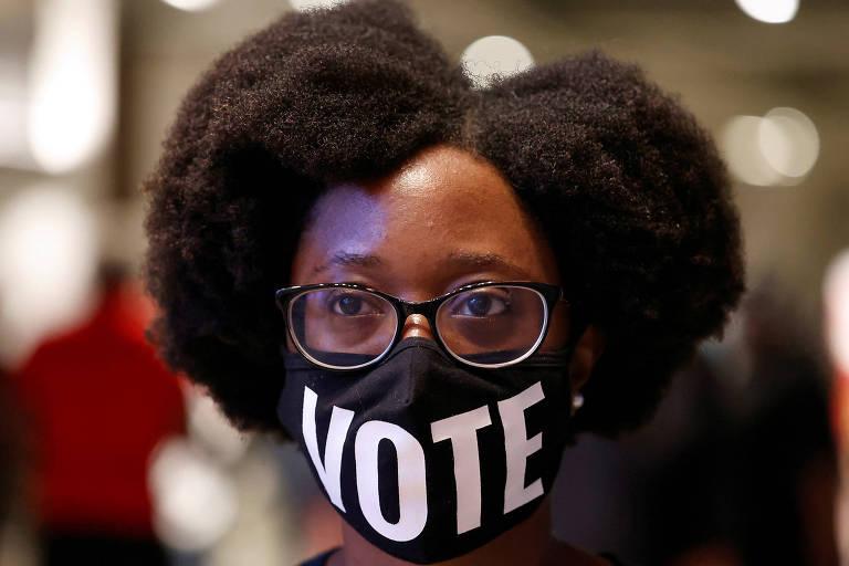 A eleitora Ashley Nealy aguarda para votar antecipadamente em arena em Atlanta, no estado da Geórgia