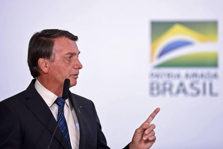 Bolsonaro aponta o dedo; na direção do dedo está a palavra Brasil