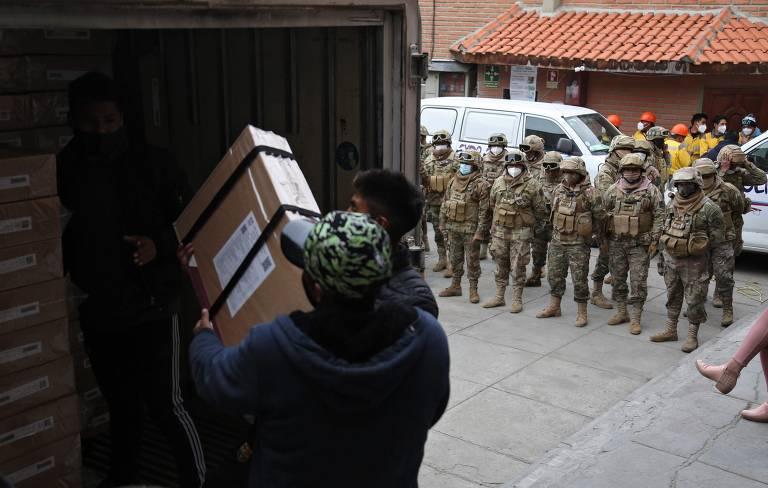 Guardas acompanham o processo de distribuição dos equipamentos eleitorais para a eleição presidencial boliviana deste domingo (18)