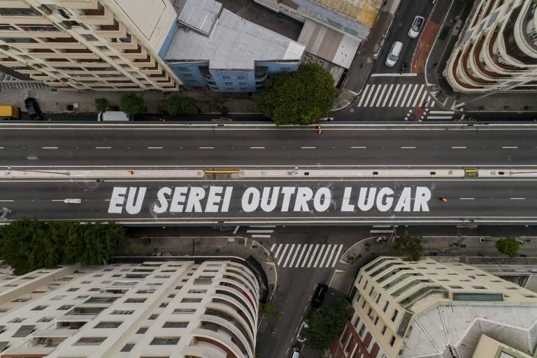 Além da mensagem em letras garrafais, intervenção de Felipe Morozini ocupou o Minhocão com 200 guarda-sois e três infláveis gigantes