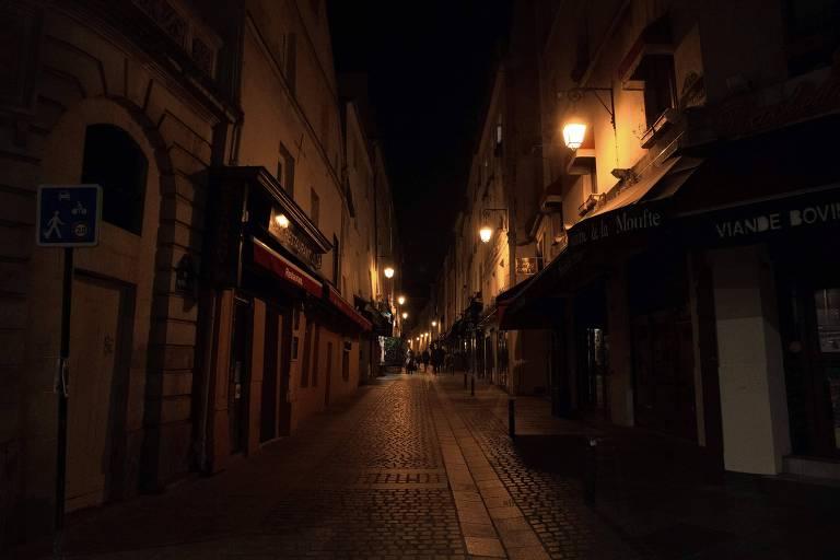Rua deserta em Paris neste sábado (17), minutos antes do início do toque de recolher instaurado para conter a segunda onda de Covid-19 na França