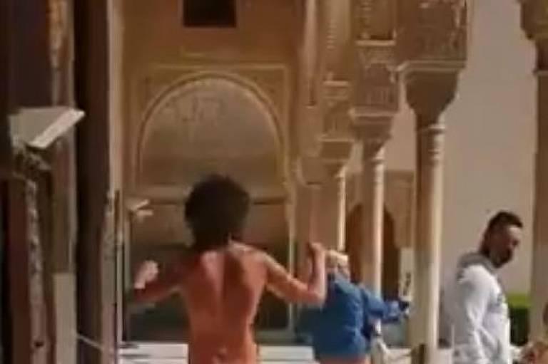 Homem corre nu na Espanha