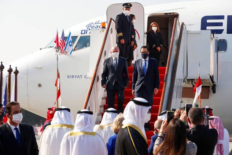 O diretor do Conselho Nacional de Segurança de Israel,  Meir Ben-Shabbat (à esq.) e o Secretário do Tesouro dos EUA, Steve Mnuchin, desembarcam no aeroporto do Bahrein
