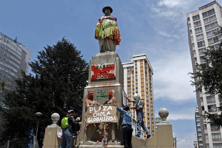 La Paz vê intervenções artísticas e políticas em estátuas históricas