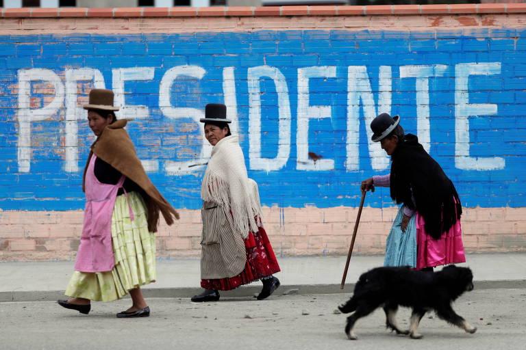 Mulheres passam por centro de votação em La Paz