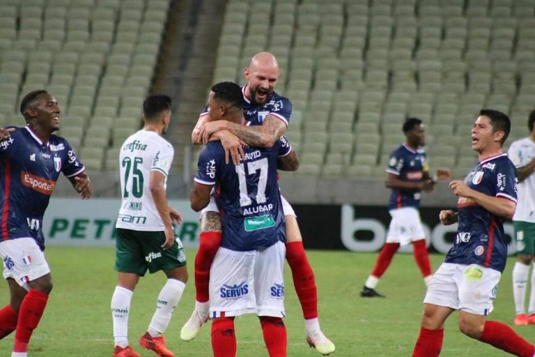 O atacante David comemora com Marlon um dos gols do Fortaleza na vitória sobre o Palmeiras, pelas 17ª rodada do Campeonato Brasileiro