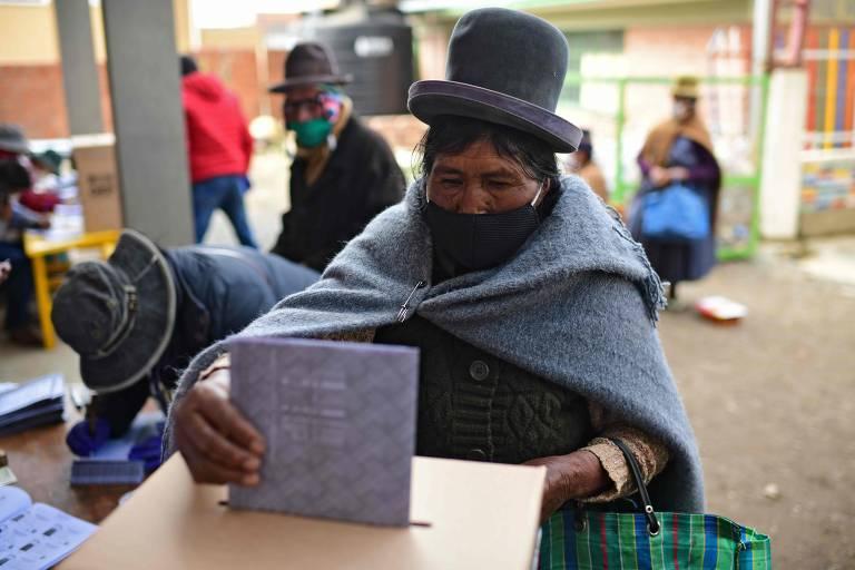 Mulher deposita seu voto em uma seção eleitoral em Huarina, Bolívia