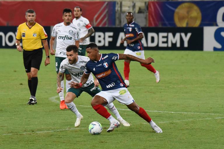 O atacante David, que marcou os dois gols do Fortaleza, tenta fugir da marcação do palmeirense Lucas Lima, na Arena Castelão