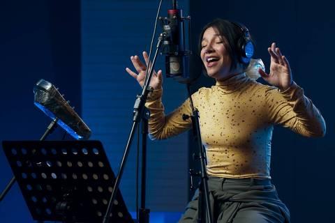 A cantora Priscilla Alcântara na gravação da música da série da Netflix