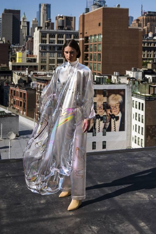 Mulher veste vestido metálico branco com detalhes