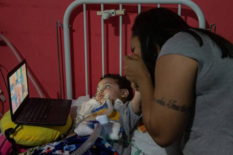 Na foto, Arthur Ferreira Belo, 1 ano e 11 meses,  com sua mãe Alessandra Ferreira Santos, 28