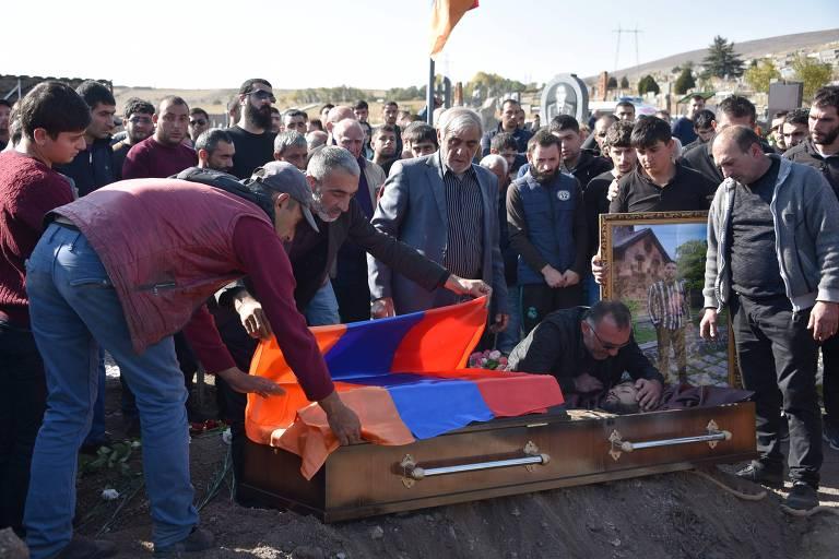 Moradores em Guiumri, na Armênia, velam a morte de Samvel Hovakimyan, soldado de 23 anos que foi morto no conflito