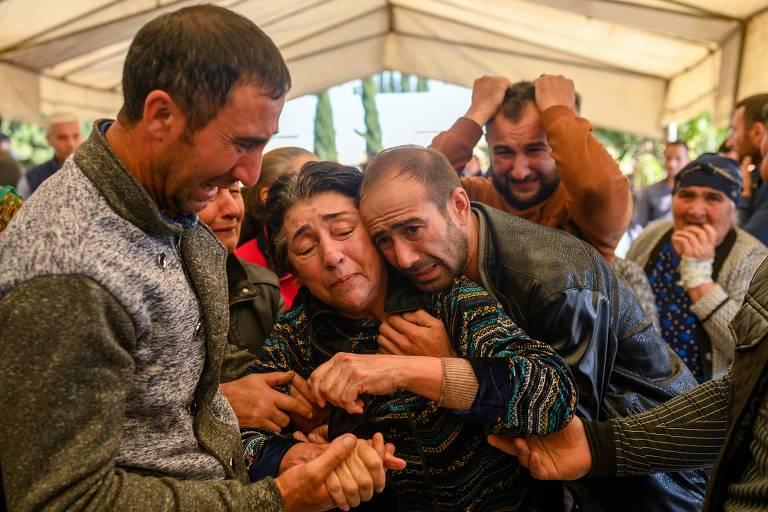 Parentes de vítima morta por míssil na cidade de Ganja, no Azerbaijão, em funeral