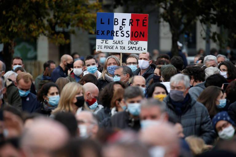 Manifestantes em Lille homenageiam o professor Samuel Paty, decapitado após mostrar caricaturas de Maomé a seus alunos