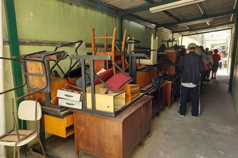 Complexo médico em SP tem móveis empilhados, lixo e falta de profissionais