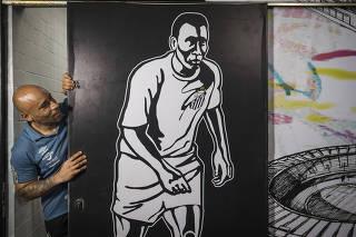 ***Especial Aniversario do Pele. 80 anos*** Retrato de Edinho,50 (filho de Pele)  ao lado de mural em homenagem ao seu pai (Pele) na saida  dos vestiarios do Santos que da  acesso ao gramado no   Estadio da Vila Belmiro