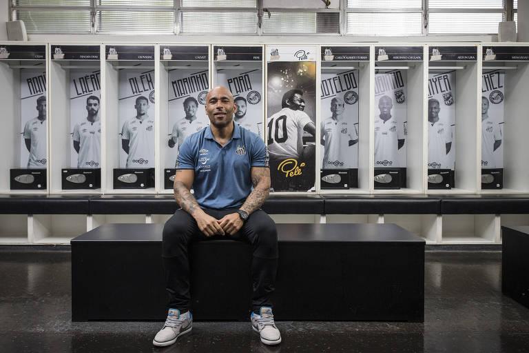 Edinho em frente ao armário que foi usado pelo Pelé como jogador do Santos