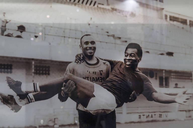 Edinho carrega Pelé no colo em foto que está no Memorial das Conquistas do Santos, na Vila Belmiro