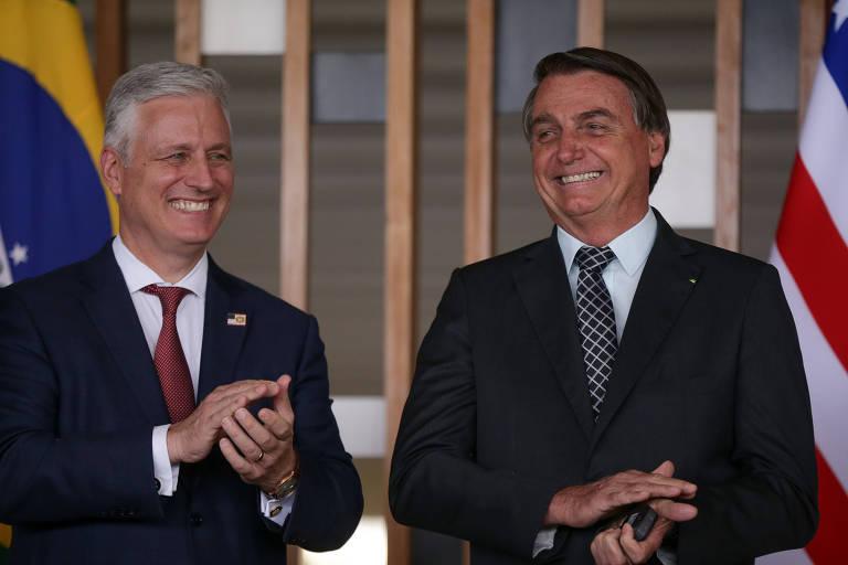 O presidente Jair Bolsonaro, à dir., ao lado de Robert O'Brien, conselheiro de Segurança Nacional dos EUA, durante cerimônia em Brasília