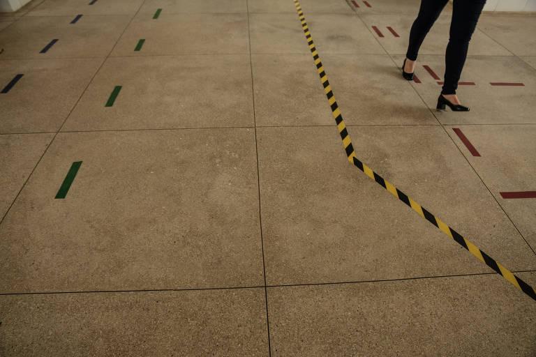 Marcação no chão com pernas em movimento