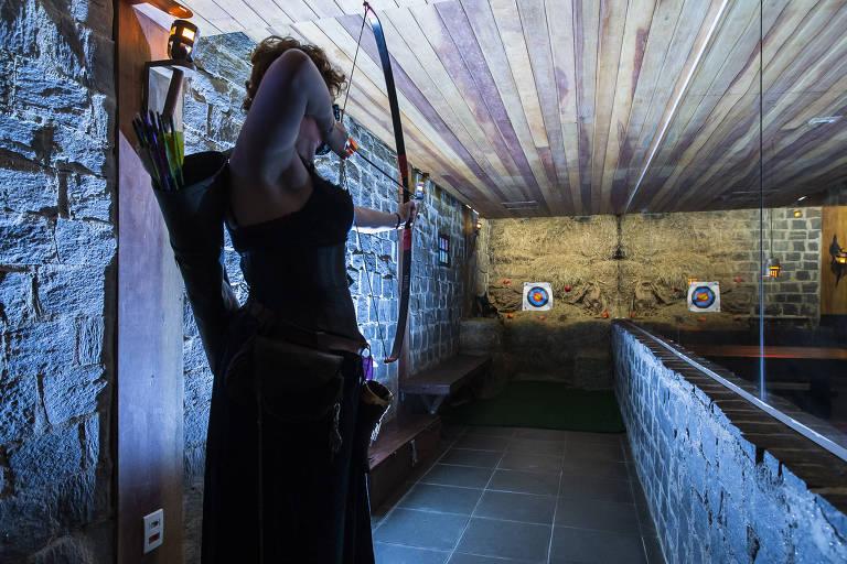Achado: ambiente interno do restaurante Taverna Medieval, que tem um local para prática de arco e flecha