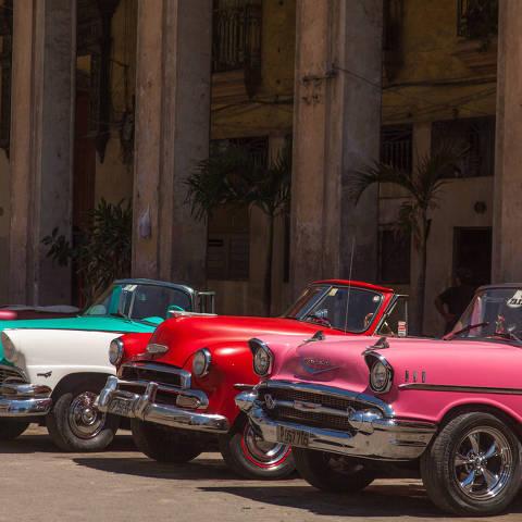 HAVANA, CUBA - Carros antigos em estacionamento no centro da cidade de Havana, em Cuba. (Foto: Luiz Felipe Silva/Folhapress)