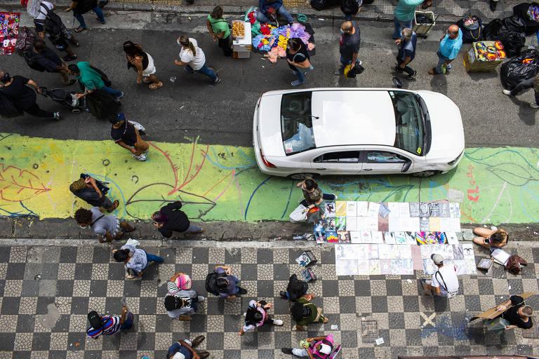 Ladeira Porto Geral vai ganhar faixa para circulação de pedestres junto à calçada; medida visa evitar aglomeração de pessoas e promover o distanciamento social, segundo a prefeitura