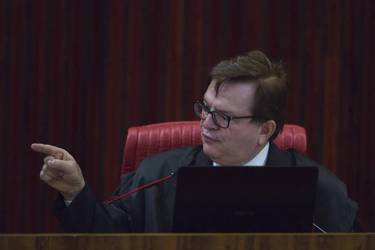 O ministro Herman Benjamin aponta o dedo para o lado