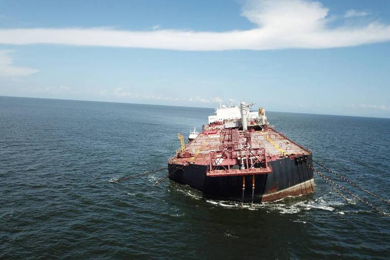 Embarcação Nabarima, que pertence a uma joint venture entre a venezuelana PDVSA e a italiana Eni, é vista flutuando inclinada no Golfo de Paria